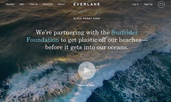 Ogni anno per il Black Friday, Everlane dona i suoi profitti per migliorare la vita delle persone che lavorano nelle sue fabbriche